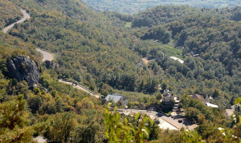 Route de haute montagne, vieille église cachée montenegro photographie stock