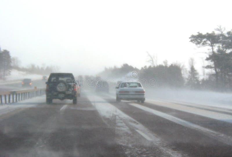 Route de l'hiver pendant la tempête de neige photographie stock