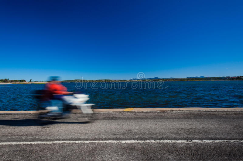 Route de lagune de tache floue de vitesse de motocyclette photos stock