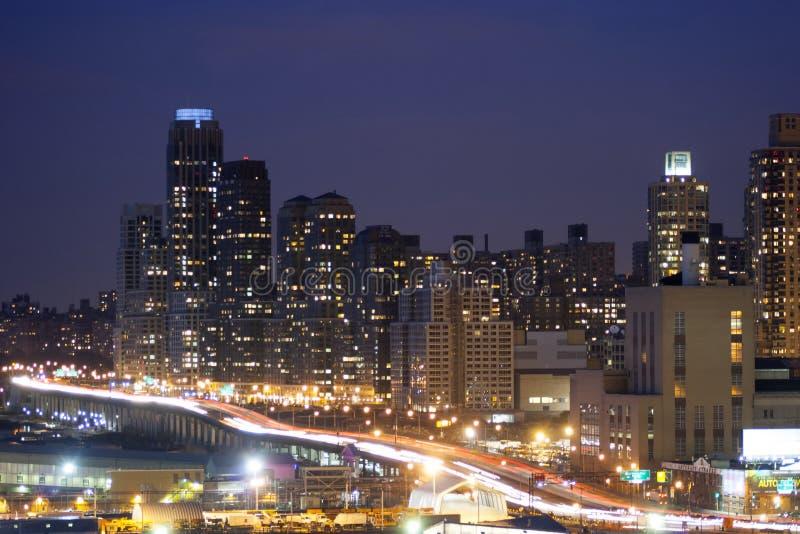 Route de Midtown Manhattan illuminée photographie stock