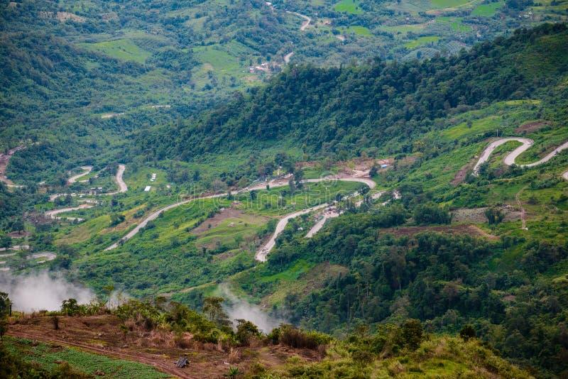 Route de montagne à (tubberk de phu) dans le pair de ressortissant de Phu Hin Rong Kla photographie stock libre de droits