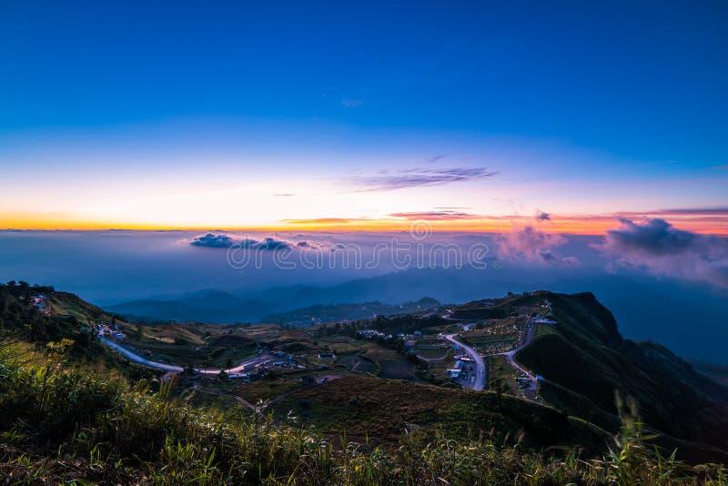 Route de montagne à (tubberk de phu) dans le pair de ressortissant de Phu Hin Rong Kla images libres de droits