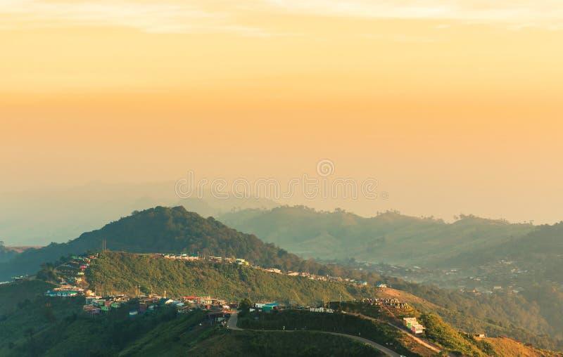 Route de montagne au coucher du soleil à (tubberk de phu) dans la province Asie Thaïlande de Phetchabun de parc national de Phu H images stock