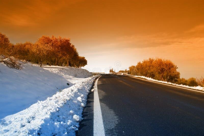 Route de montagne au crépuscule photo libre de droits