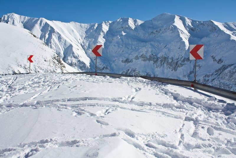Route de montagne bloquée par la neige images stock