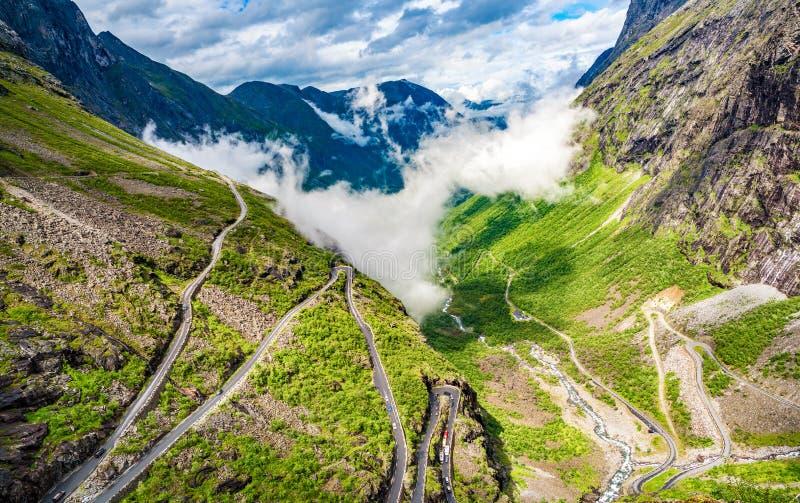 Route de montagne d'enroulement de chemin Trollstigen ou de Trollstigveien du ` s de Troll photographie stock libre de droits
