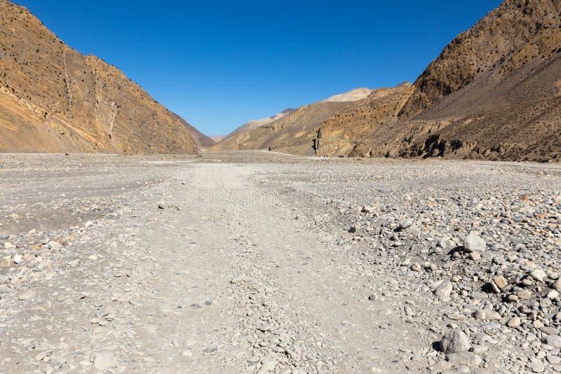 Route de montagne dans la vallée de la rivière de Kali Gandaki photo libre de droits