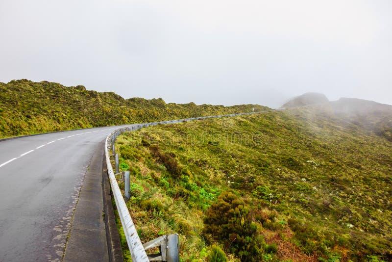 Route de montagne en brouillard aux Açores photographie stock libre de droits
