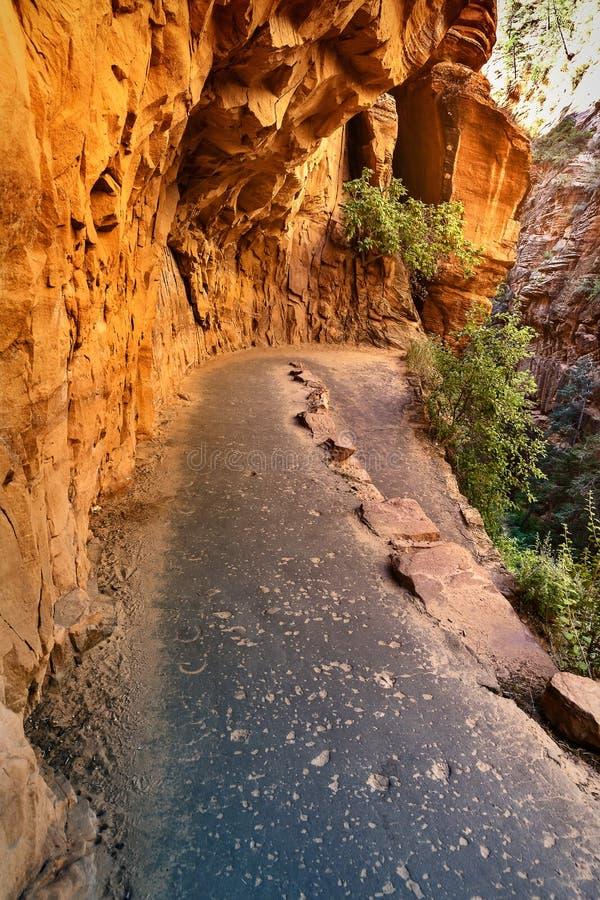 Route de montagne le long des falaises de grès, Etats-Unis photos libres de droits