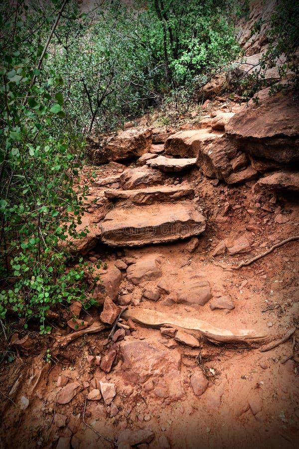 Route de montagne le long des falaises de grès, Etats-Unis images libres de droits
