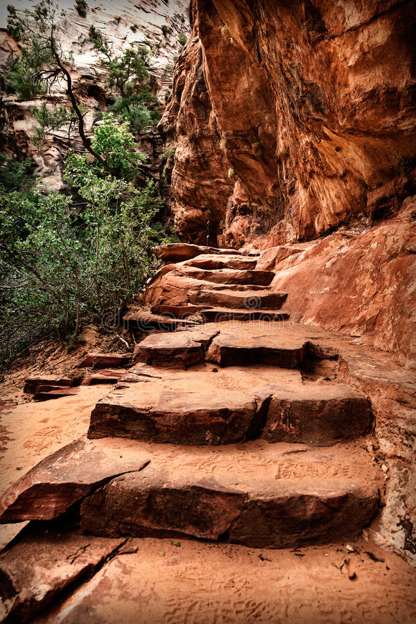 Route de montagne le long des falaises de grès, Etats-Unis photographie stock