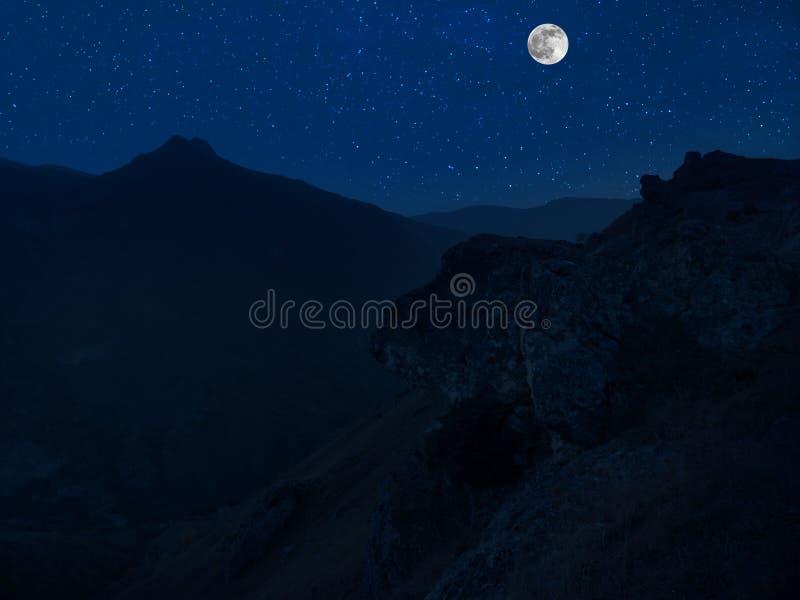 Route de montagne par la for?t une nuit de pleine lune Paysage sc?nique de nuit de route de campagne la nuit avec la grande lune  photo libre de droits