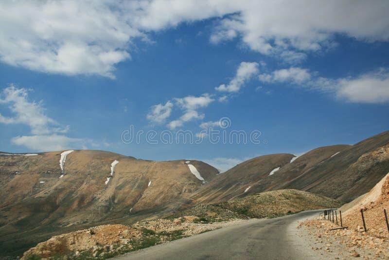 Route de montagne sur la crête la plus élevée du Liban photographie stock libre de droits