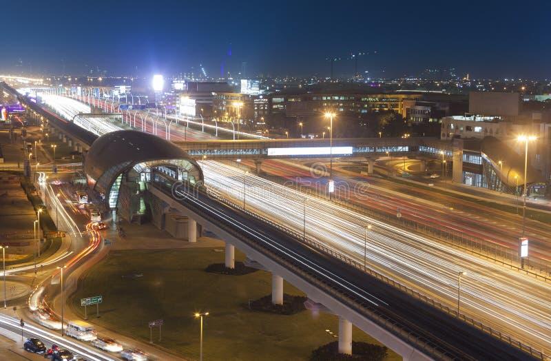Route de nuit de ville de Duba?, Emirats Arabes Unis photos stock