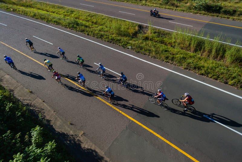Route de pont de cavaliers de la course de recyclage douze photos libres de droits