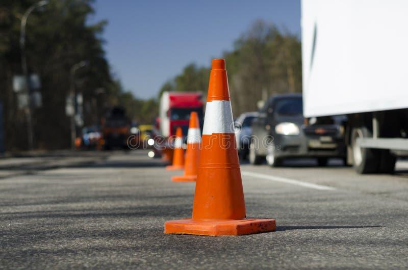 Route de réparation de barrière de cône image stock