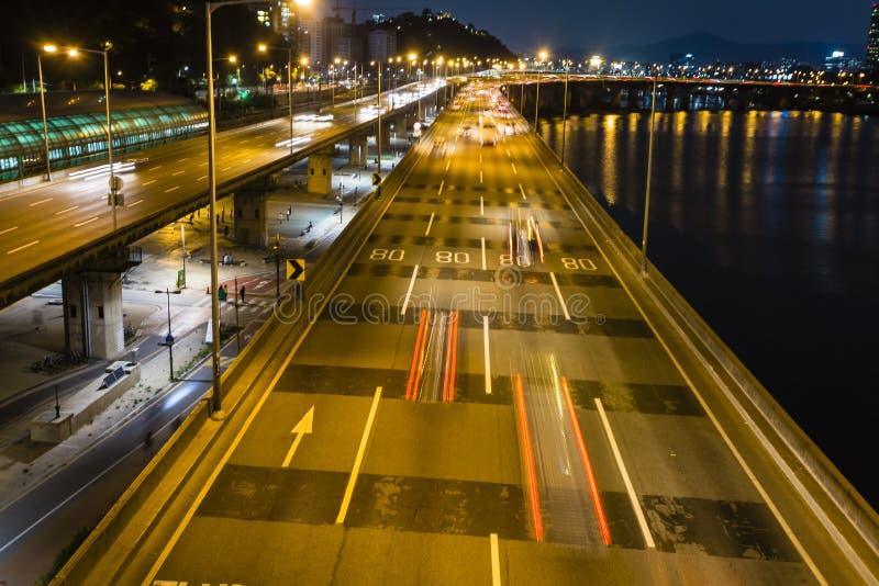 Route de S?oul la nuit Vie nocturne cor?enne Tir? du pont LA COR?E DU SUD images libres de droits