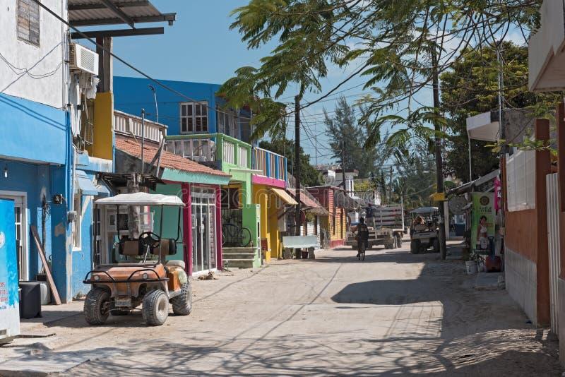 Route de Sandy avec des touristes et des stalles sur l'île de Holbox, Quintana R image libre de droits