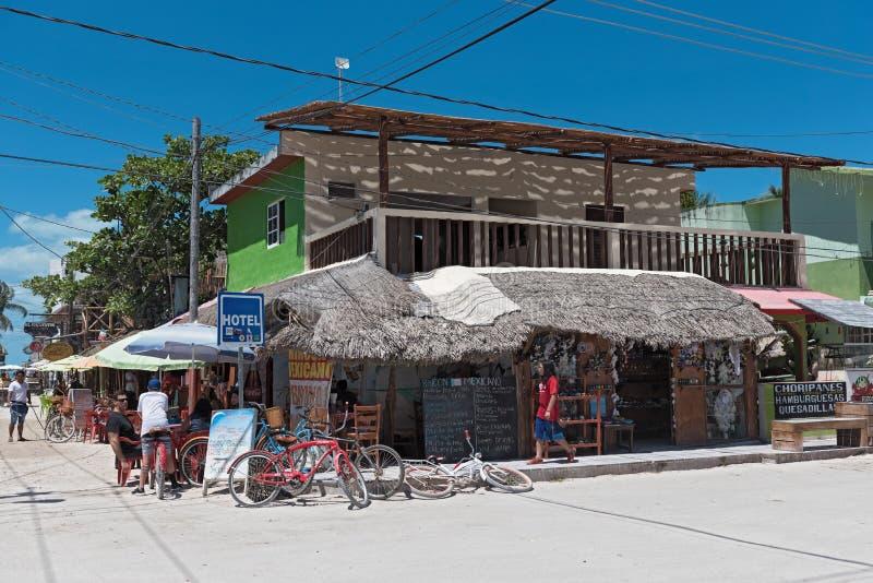 Route de Sandy avec des touristes et des stalles sur l'île de Holbox, Quintana R images libres de droits