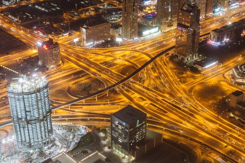 Route de Sheikh Zayed pendant la nuit avec la lumière jaune et bâtiments qui regardent du plancher d'observation de Burj Khalifa  image stock