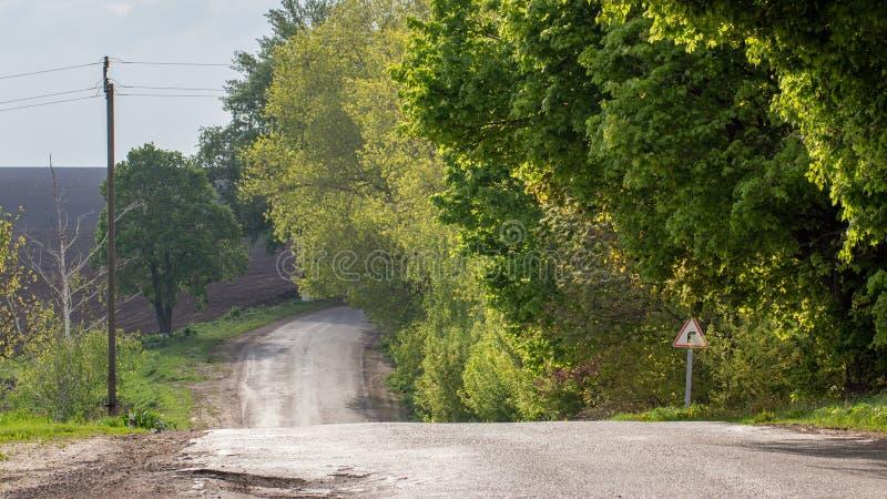 Route de sol sur le champ agraire, brouillé avec des douches photographie stock