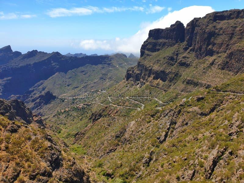 Route dramatique de montagne, route de zig-zag, route raide de enroulement de montagne à Masca images libres de droits