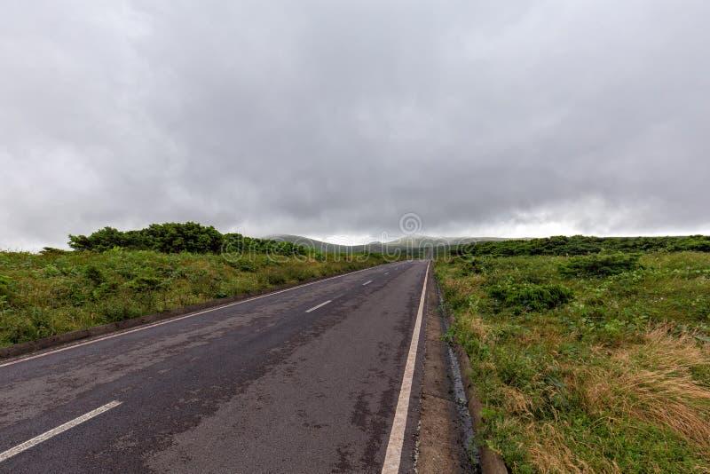 Route droite brumeuse des Açores image stock