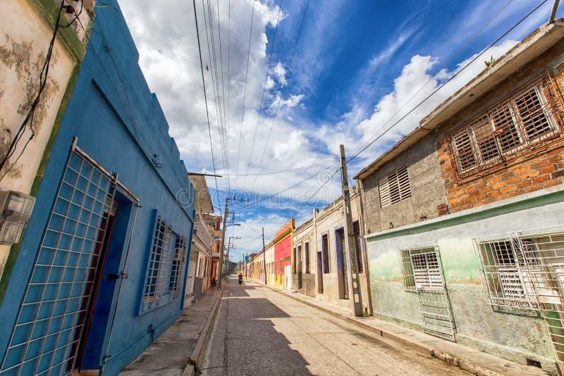 Route droite dans Holguin, Cuba photographie stock libre de droits
