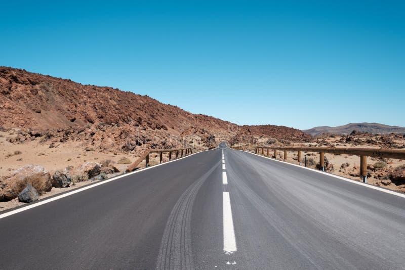 Route droite, route goudronnée dans le désert, paysage photographie stock