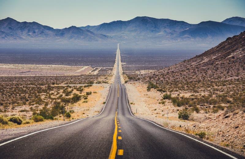 Route droite sans fin dans le sud-ouest am?ricain, Etats-Unis photo libre de droits