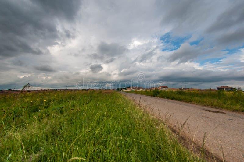 Route du côté du champ photo libre de droits