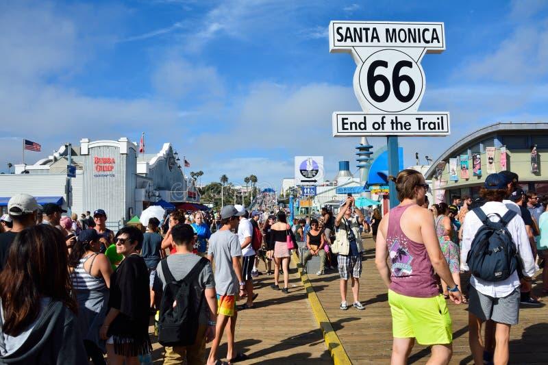 Route 66 -eindteken op Santa Monica Pier stock afbeeldingen