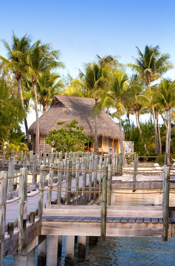 route en bois au-dessus de la mer vers l'île tropicale polynesia image stock