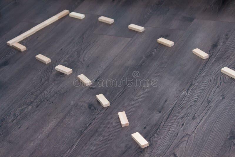 Route en bois sur le fond en bois fonc? Route de cul-de-sac images libres de droits