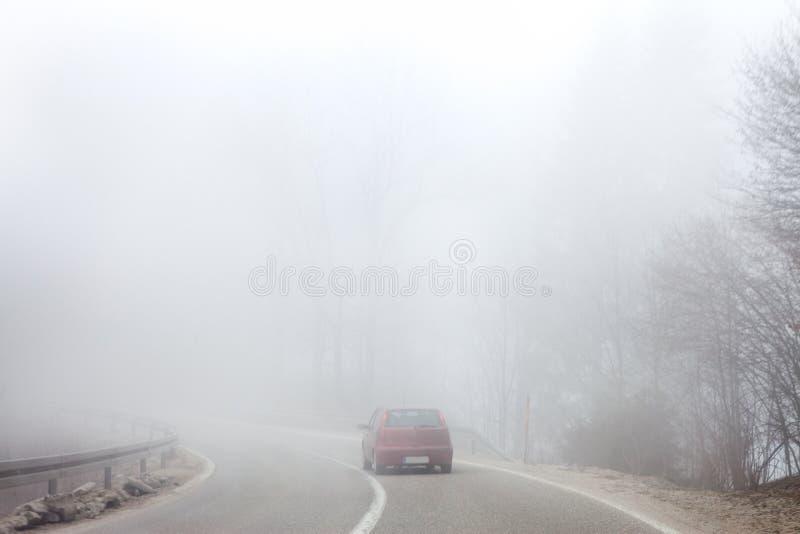 Route en brouillard épais photo stock