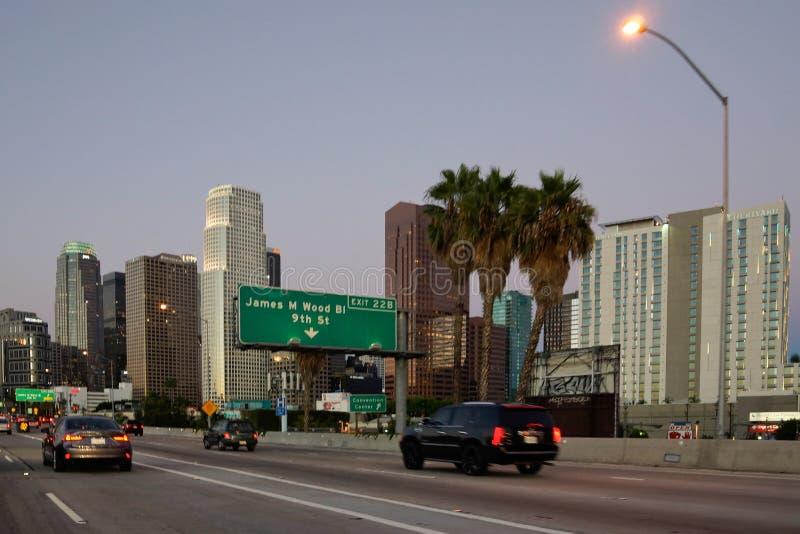 Route en Californie avec l'horizon de La à l'arrière-plan photos stock