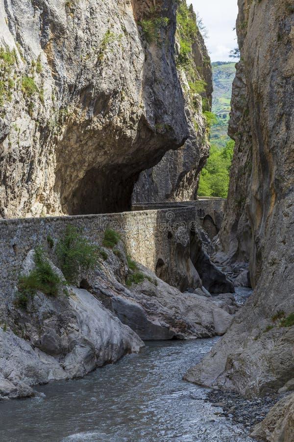 Route en Clue de Barles canyon de rivière de Bes près des bains de les de Digne photographie stock libre de droits