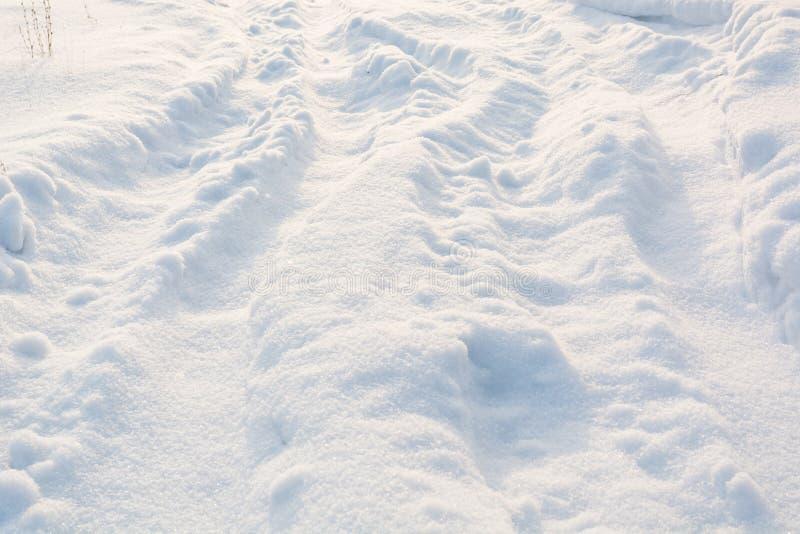 Route en hiver sur la neige Voies neigeuses simples de pneu - portrait images stock