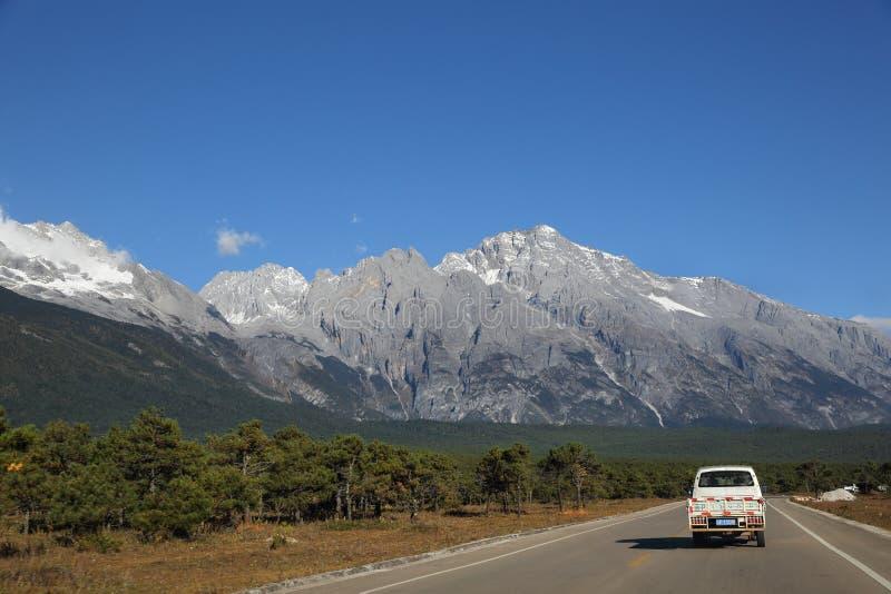 Route en Jade Dragon Snow Mountain National Park, Yunnan, Chine photos libres de droits