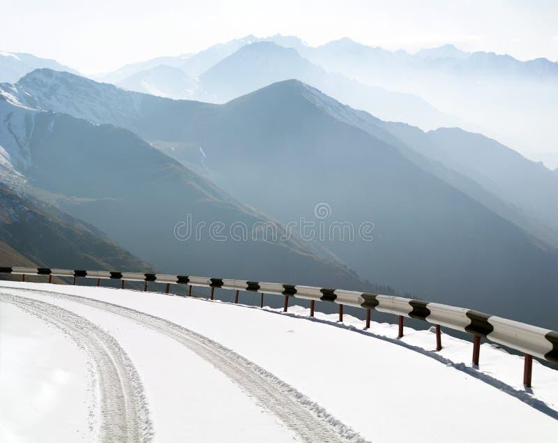 Route en montagnes images stock