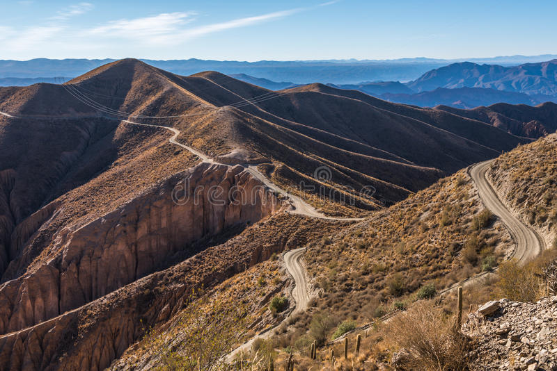 Download Route en montagnes image stock. Image du lignes, nature - 87707703