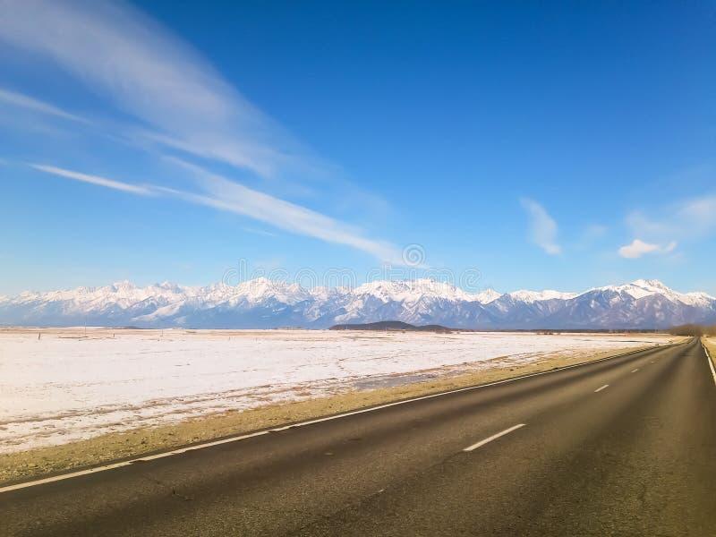 Route en montagnes couvertes de neige photo stock