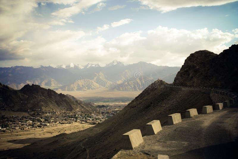 Route en montagnes de l'Himalaya. photographie stock