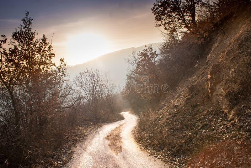 Route en montagnes descendant images libres de droits