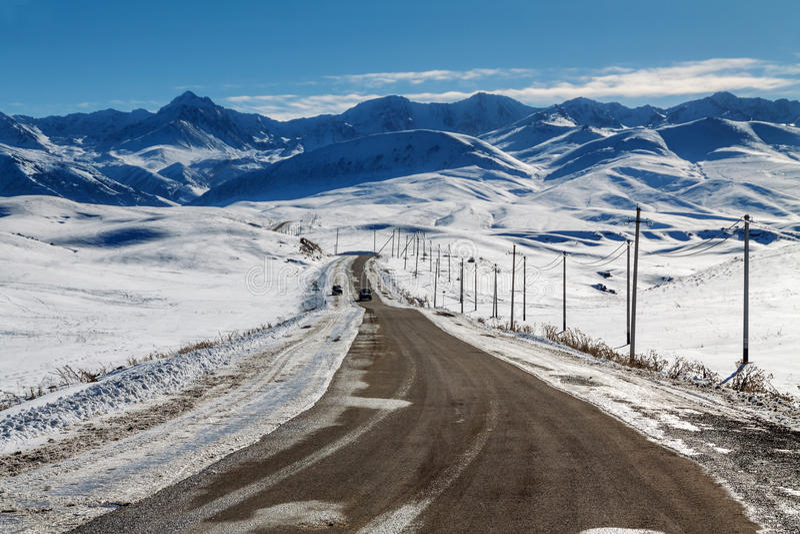 Route en montagnes neigeuses photographie stock