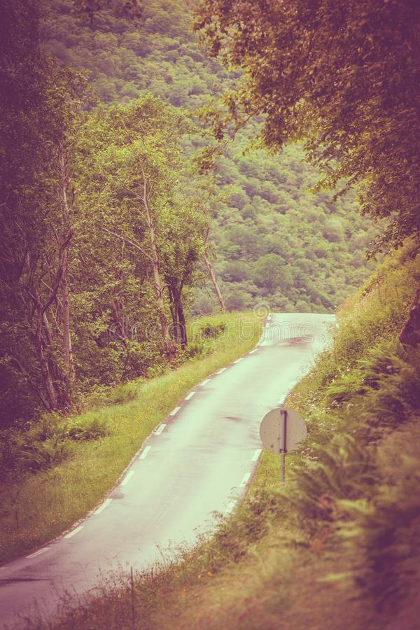 Route en montagnes norvégiennes image stock