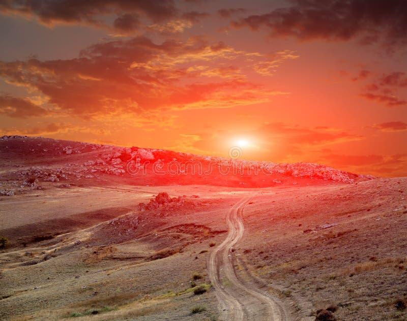Route en montagnes sur le coucher du soleil photo libre de droits