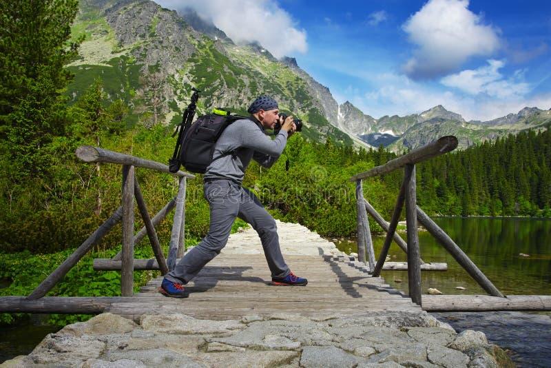 Route en pierre du photographe un en montagnes photos stock