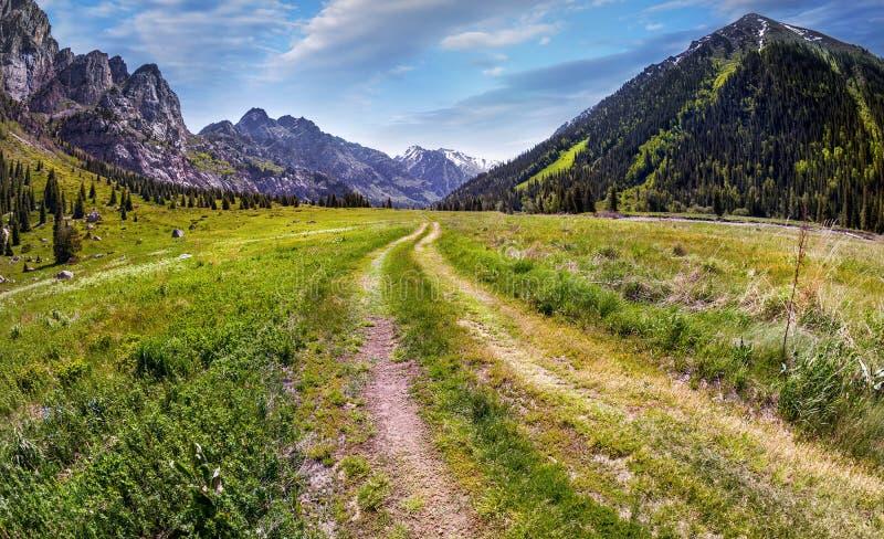 Route en vallée de montagne photographie stock