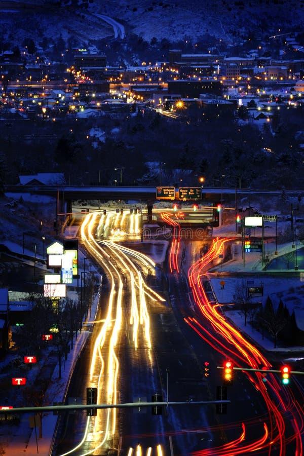 Route en ville à Nigh Road dans la ville à la nuit Voitures floues en descendant la rue Roadway Voitures floues en descendant la  photographie stock libre de droits